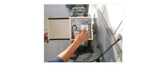 制御盤の点検作業の写真